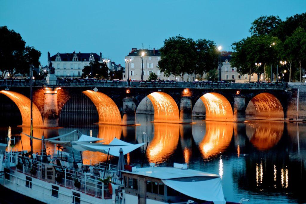 Vue nocturne du pont de la Basse Chaîne, Angers (Maine-et-Loire)