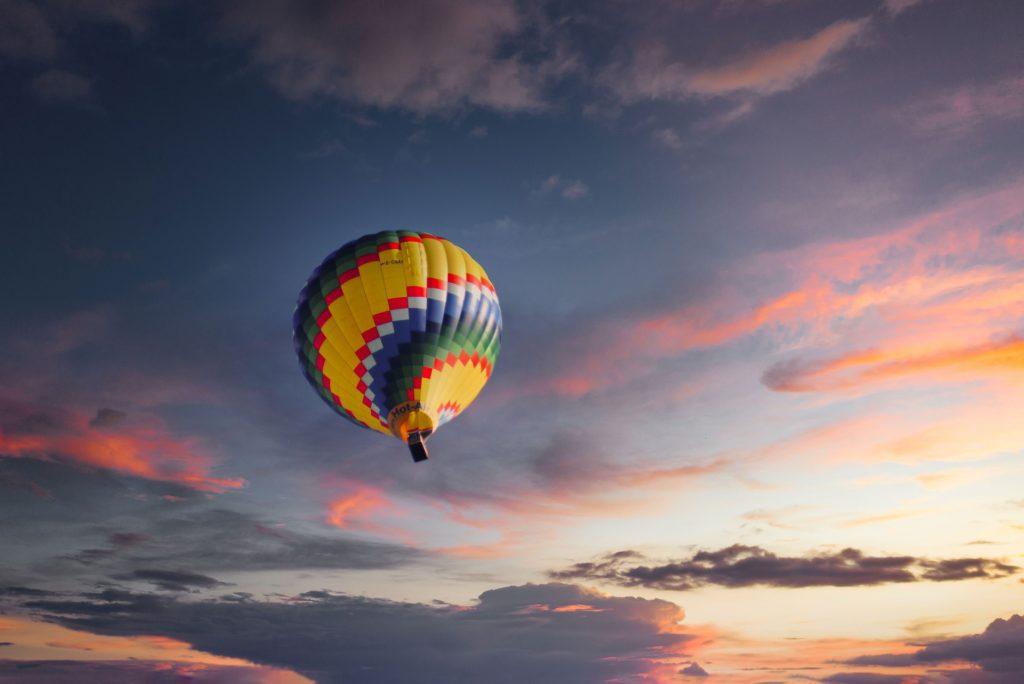 Une montgolfière sous les nuages de la Loire