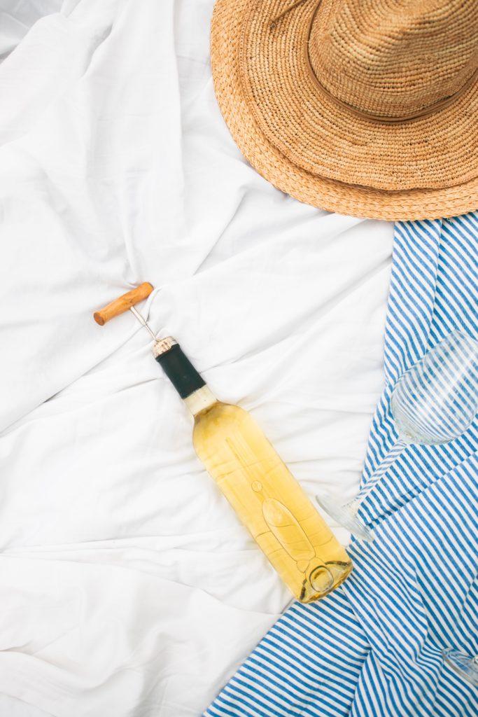 Un chapeau de paille et une bouteille de blanc IGP Val de Loire