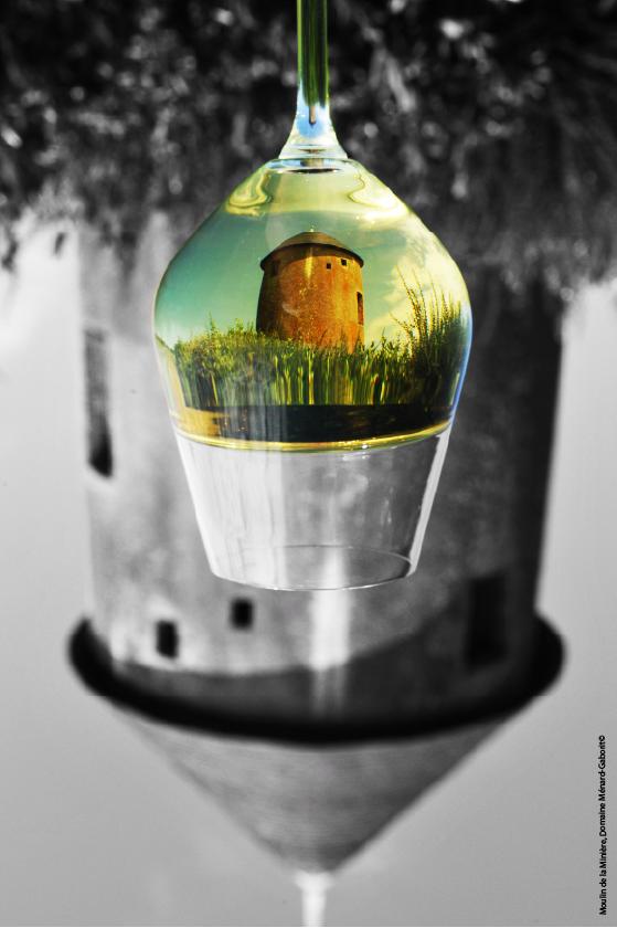 Un verre reflétant le moulin de la Minière au domaine Ménard-Gaborit